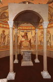 Interno, altare, icone, affreschi, fonte battesimale, nella vecchia chiesa ortodossa tradizionale russa Fotografie Stock Libere da Diritti