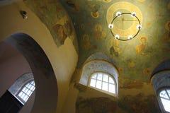 Interno, altare, icone, affreschi, fonte battesimale, nella vecchia chiesa ortodossa tradizionale russa Fotografia Stock