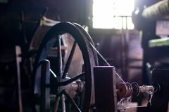 Interno antico della stanza del tessitore immagini stock