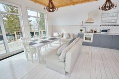 Interno aperto della cucina dello scandinavo Fotografia Stock