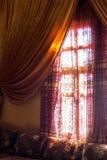 Interno arabo - finestra e tende Immagini Stock