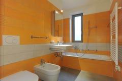 Arancio moderno della stanza da bagno archivio fotografico