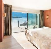 Interno, bella camera da letto moderna Fotografia Stock