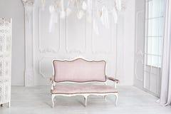 Interno bianco classico con il sofà rosa Fotografia Stock