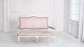 Interno bianco classico con il sofà rosa Fotografie Stock