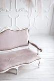 Interno bianco classico con il sofà rosa Fotografia Stock Libera da Diritti
