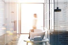 Interno bianco del bagno del sottotetto, sfuocatura della donna Fotografia Stock
