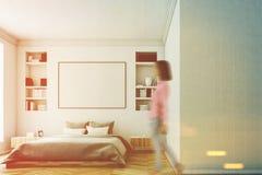 Interno bianco della camera da letto, donna Fotografia Stock