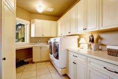 Stanza di lavanderia semplice con la pavimentazione in piastrelle