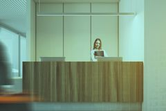 Interno bianco e di legno dell'ufficio, ricezione, donna Fotografia Stock Libera da Diritti