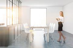 Interno bianco e grigio della sala da pranzo, donna di affari Fotografia Stock