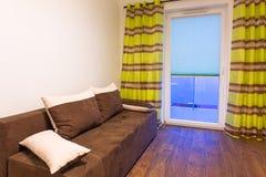 Interno bianco e marrone della camera da letto Fotografie Stock Libere da Diritti
