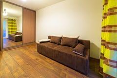 Interno bianco e marrone della camera da letto Fotografia Stock