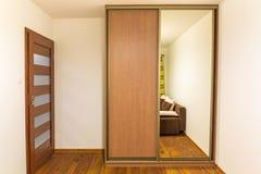 Interno bianco e marrone della camera da letto Immagini Stock Libere da Diritti