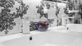 Interno in bianco e nero del bagno con un lavandino di due bianchi ed il rubinetto classico bianco di stile due Immagine Stock Libera da Diritti