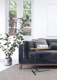 Interno bianco moderno con il sofà nero Immagini Stock