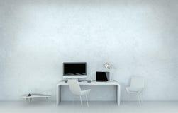 Interno bianco moderno dell'ufficio dello scrittorio con il computer ed i dispositivi 3D r Fotografia Stock Libera da Diritti
