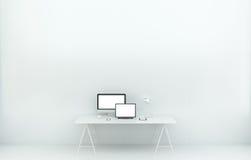 Interno bianco moderno dell'ufficio dello scrittorio con il computer ed i dispositivi 3D r Fotografia Stock