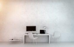 Interno bianco moderno dell'ufficio dello scrittorio con il computer ed i dispositivi 3D r Immagini Stock Libere da Diritti