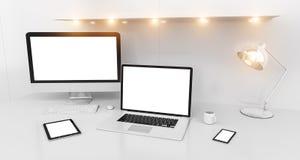 Interno bianco moderno dello scrittorio con il renderin dei dispositivi e del computer 3D Fotografia Stock Libera da Diritti