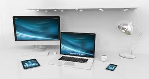 Interno bianco moderno dello scrittorio con il renderin dei dispositivi e del computer 3D Immagini Stock Libere da Diritti