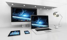 Interno bianco moderno dello scrittorio con il renderin dei dispositivi e del computer 3D Immagini Stock