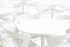 Interno bianco vuoto delle tavole e delle sedie Prospettiva di infinito Caffè, fondo della clinica Fotografie Stock