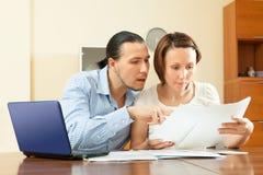 Interno calcolatore del bilancio familiare delle coppie a casa Fotografia Stock