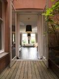 Interno caldo del salone di lusso con il pavimento e il vintag di legno Immagini Stock
