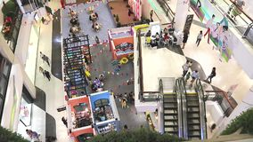 Interno centrale del grande magazzino con la gente che cammina e che compera alla strada Bangna-Trad Bangna Bangkok Tailandia video d archivio