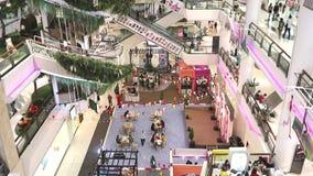 Interno centrale del grande magazzino con la gente che cammina e che compera alla strada Bangna-Trad Bangna Bangkok Tailandia archivi video