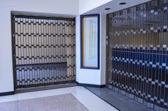 Interno chiuso e gated del deposito di un centro commerciale morto fotografie stock