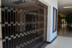 Interno chiuso e gated del deposito di un centro commerciale morto fotografia stock