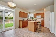 Interno classico della cucina di stile con la pavimentazione delle mattonelle Fotografia Stock