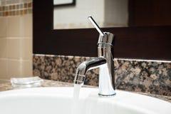 Interno classico di lusso del bagno con il rubinetto moderno di stile del lavandino bianco, tavola di marmo di pietra, scorriment Fotografia Stock Libera da Diritti