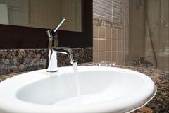 Interno classico di lusso del bagno con il rubinetto moderno di stile del lavandino bianco, tavola di marmo di pietra, scorriment Fotografia Stock