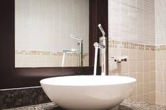Interno classico di lusso del bagno con il rubinetto moderno di stile del lavandino bianco, tavola di marmo di pietra, scorriment Fotografie Stock