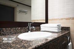 Interno classico di lusso del bagno con il rubinetto moderno di stile del lavandino bianco, tavola di marmo di pietra, scorriment Immagini Stock