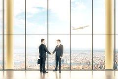Interno con due uomini d'affari Immagini Stock Libere da Diritti