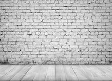 Interno con il muro di mattoni bianco ed il pavimento di legno per fondo Immagini Stock Libere da Diritti