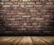 Interno con il muro di mattoni ed il pavimento di legno Immagine Stock
