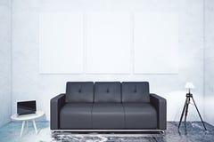 Interno con il sofà ed i manifesti Fotografia Stock