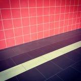 Interno con la parete ed il pavimento delle mattonelle Fotografia Stock Libera da Diritti