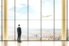 Interno con le finestre e l'uomo d'affari Immagini Stock Libere da Diritti