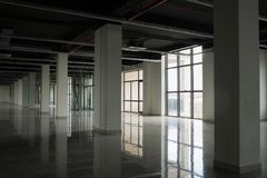 Interno con le grandi finestre e le pareti bianche immagine stock