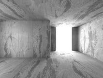Interno concreto vuoto scuro del roon con la luce dell'uscita Fotografia Stock Libera da Diritti