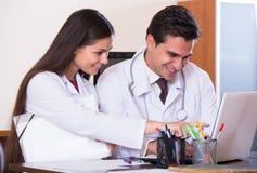 Interno consultantesi dei giovani di medico nell'ufficio della clinica Immagine Stock
