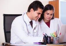 Interno consultantesi dei giovani di medico nell'ufficio della clinica Fotografia Stock