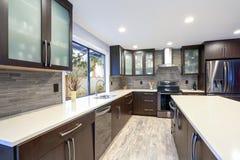 Interno contemporaneo aggiornato della stanza della cucina nei toni bianchi e scuri fotografia stock