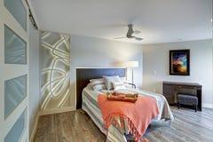 Interno contemporaneo della camera da letto della casa del condominio fotografie stock